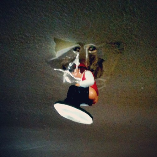 Aprovechar el caganer para tapar un agujero del techo cag - Tapar agujero techo ...