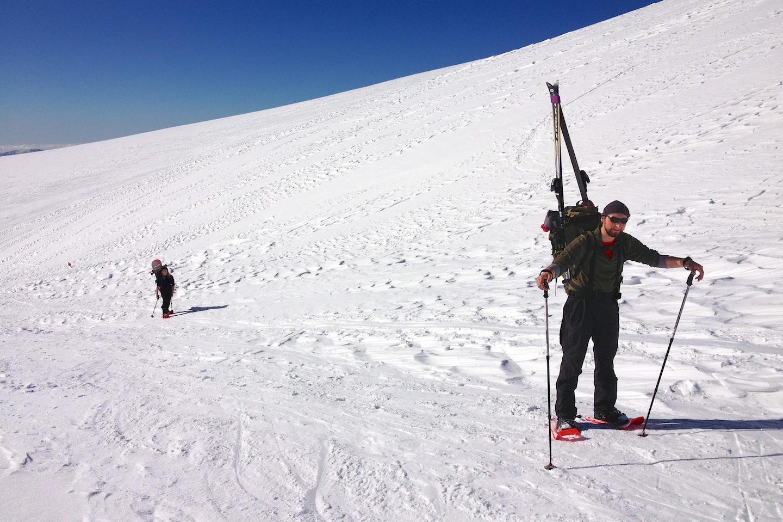 Jen směrovky rozcestníku na lyžích chybí.