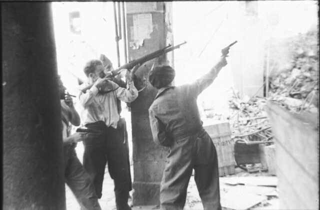 Milicianos disparando en la Plaza de Zocodover de Toledo durante la guerra civil, asedio del Alcázar, verano de 1936. Fotografía de Santos Yubero © Archivo Regional de la Comunidad de Madrid, fondo fotográfico