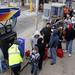 Pessoas fazem fila para encher recipientes com combustível em cidade de Nova Jersey. Depois da passagem da tempestade postos de gasolina da região estão sem energia elétrica e aqueles que tem energia tem longas filas.