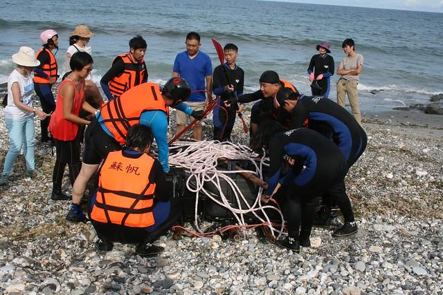 平台載重測試這三天,共有四組夥伴輪流划船登上平台,體驗漂流。圖片來源:廖鴻基臉書。