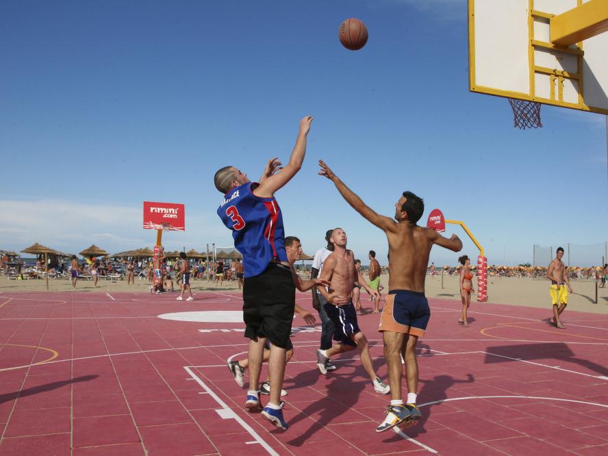 Rimini il basket in spiaggia foto di ph paritani www - Bagno di romagna last minute ...