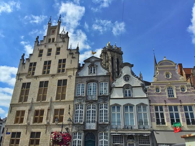 Edificios en la Grote Markt de Malinas (Flandes, Bélgica)