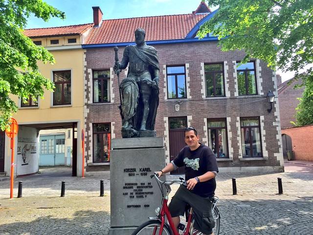 Sele junto a la estatua de Carlos V en Gante (Flandes, Bélgica)