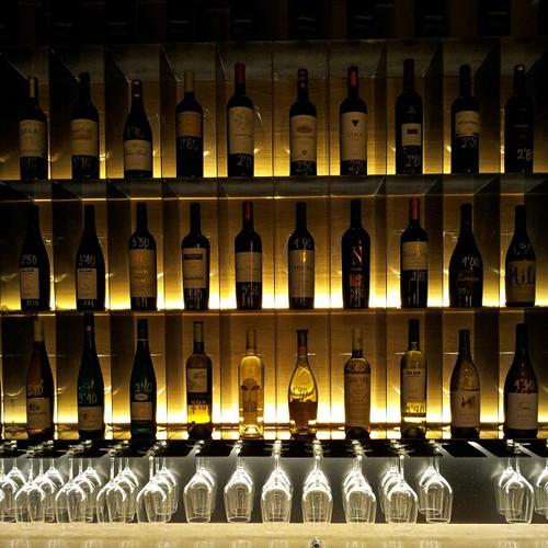 Botellero del bar de vinos grand cru en la zona del r - Botelleros para bares ...