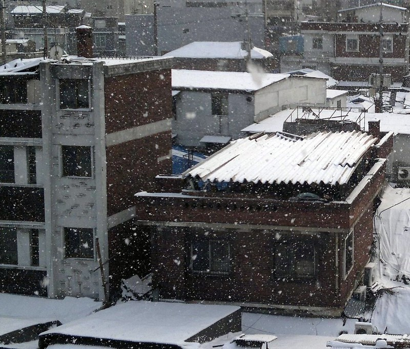 Snowing in Cheonggyesangga, Seoul