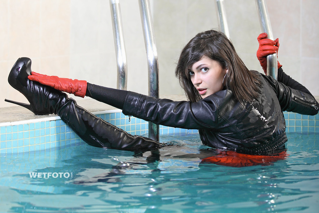 242 Red And Black Wetlook In Leather Brunette Girl In Bl -4746