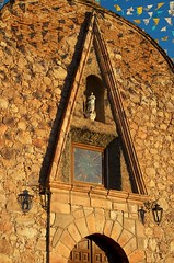 Detalle del frente de la parroquia
