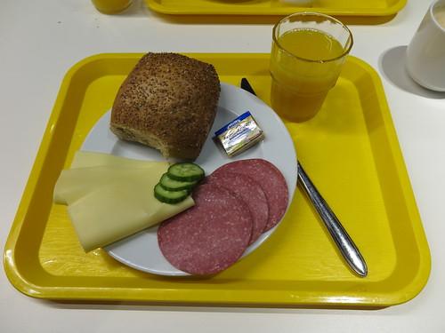 Brötchen mit Käse und Salami sowie Orangensaft (vom Frühstücksbuffet im Ibis budget in Flensburg)