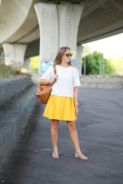yellow-skirt-whole-look-side-view-wmbg