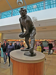 Cardiff - Statue of Gareth Edwards | by pefkosmad