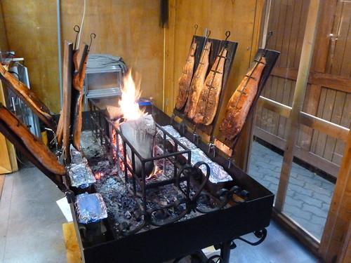 cuisson au feu de bois du poisson vu sur les march s de no flickr. Black Bedroom Furniture Sets. Home Design Ideas