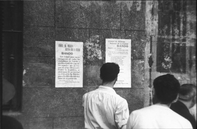 Leyendo un bando en Toledo durante la guerra civil, asedio del Alcázar, verano de 1936. Fotografía de Santos Yubero © Archivo Regional de la Comunidad de Madrid, fondo fotográfico