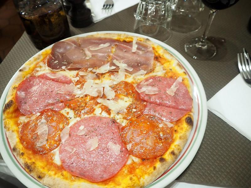 PizzaParisFranceP7210185 paris, pariisi, ranska, france, tarvel, matkat, matkustaa, restaurant, ravintola, pizza, when in paris, date night, treffi ilta, kynttilänvalossa, by candle light, first dates, ensi treffit, life, elämä,