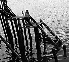 Mujer mirando el mar.