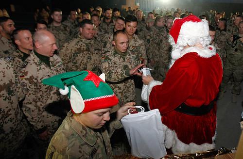 weihnachten in afghanistan am nikolaustag verteilt der. Black Bedroom Furniture Sets. Home Design Ideas