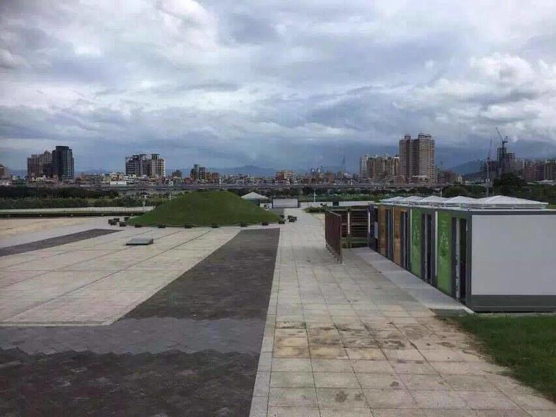 公共廁所也相當靠近左側的土丘。(照片提供:台灣地區政治受難人互助會)