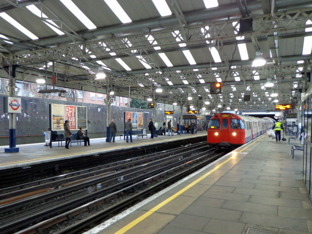 Queens Park Station All Northbound Bakerloo Trains Pause