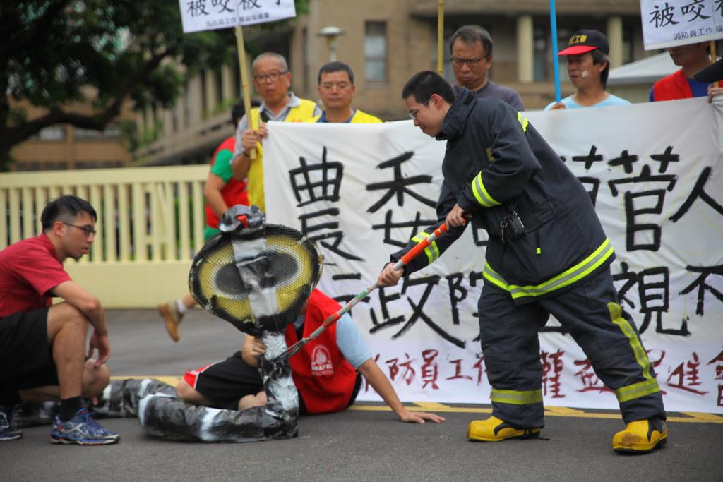 消防員上演行動劇,拿出道具眼鏡蛇,陳述抓蛇被咬的過程。(攝影:陳逸婷)