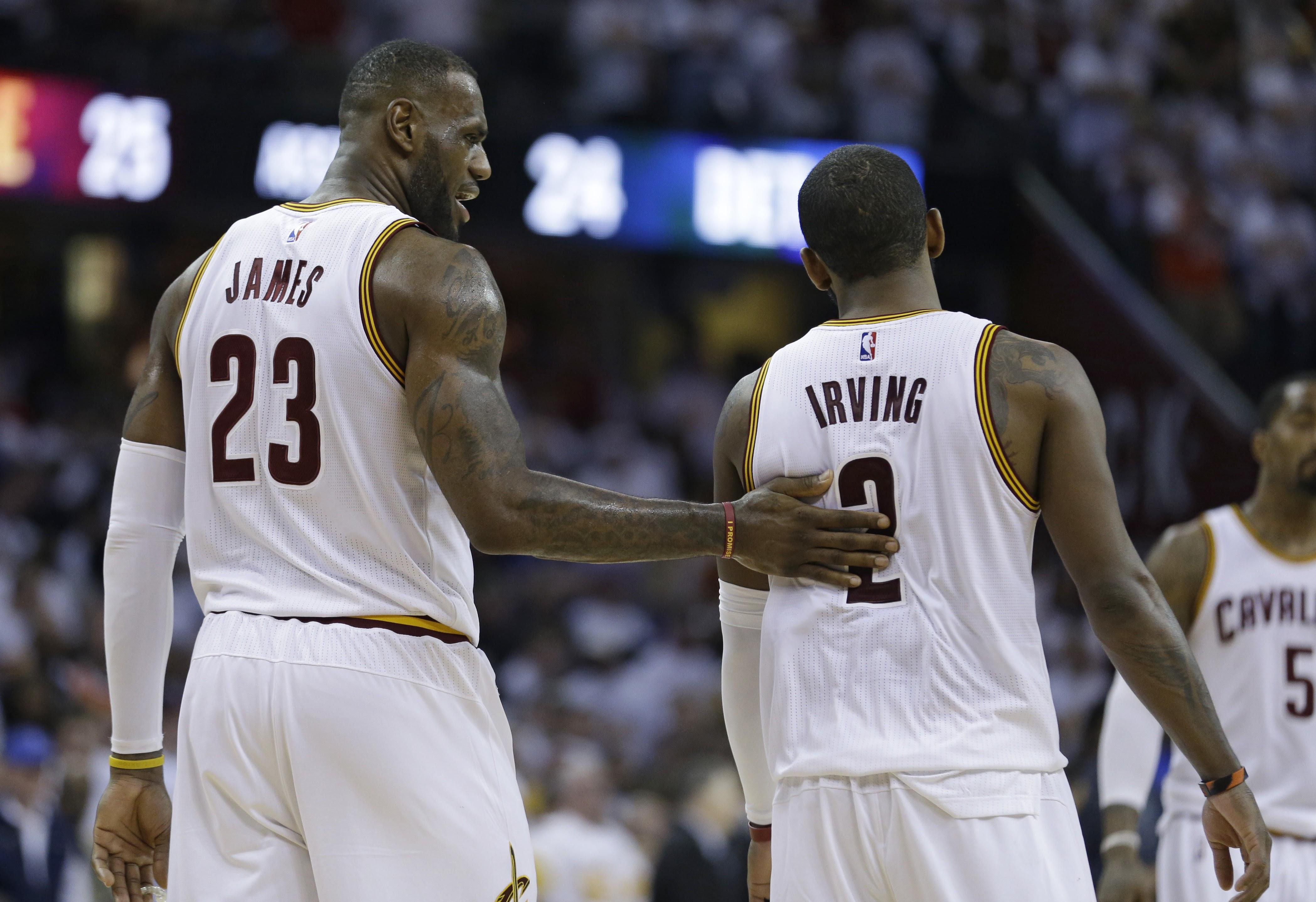 Kyrie Irving(右)與LeBron James(左)。(資料照,達志影像)