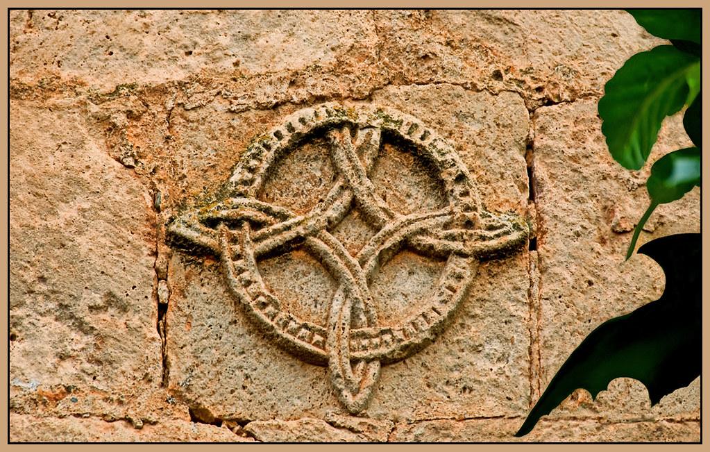 Resultado de imagen de Ayllón.ománica de Santa María la Mayor  Piezas incrustadas en los muros de la Iglesia de Santa María la Mayor