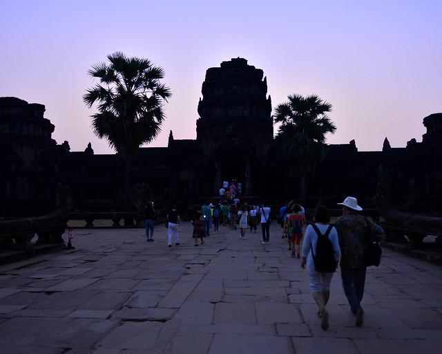 Entrada a Angkor Wat justo antes del amanecer  y aún de noche