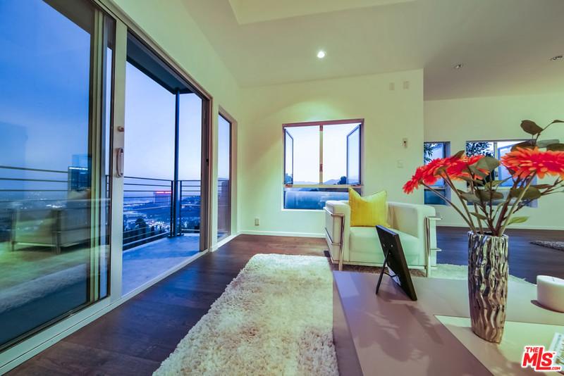 Красивый дизайн комнаты с выходом на балкон