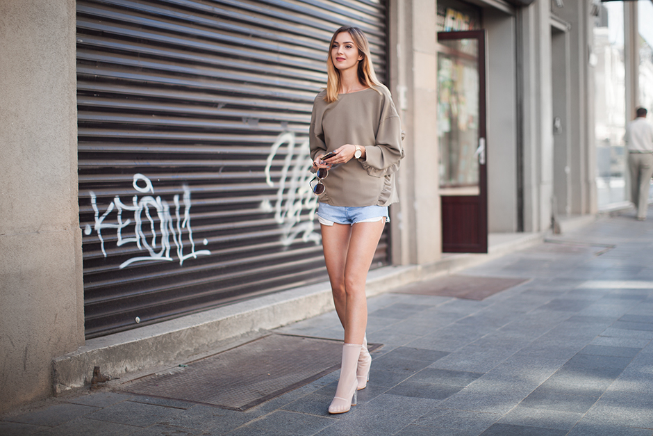 denim-shorts-mesh-boots-khaki-sweater-outfit-look