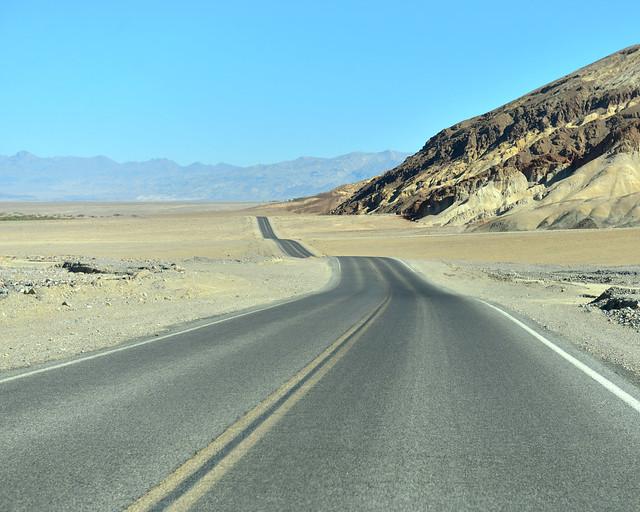Carreteras ondulantes del Death Valley por donde se conduce para atravesar el desierto