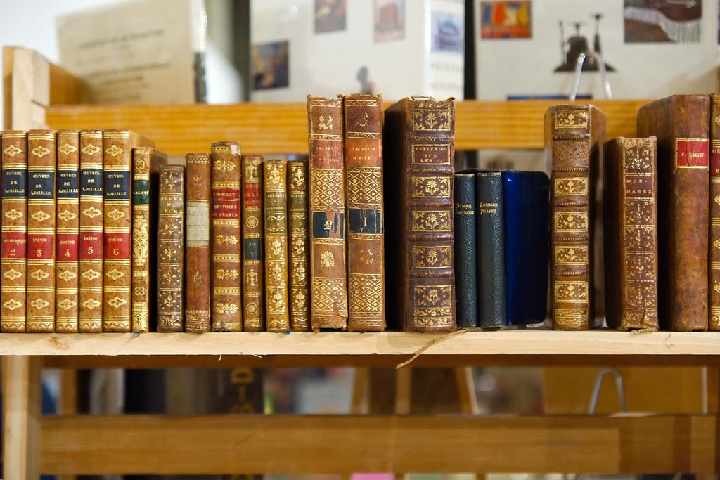 livres anciens sur une tag re salon du livre ancien 2013 flickr. Black Bedroom Furniture Sets. Home Design Ideas