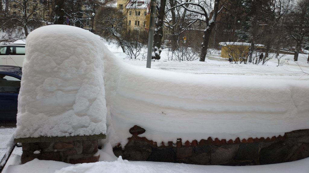 Deep snow on Eira hospital's wall | December 2012 | hugovk | Flickr