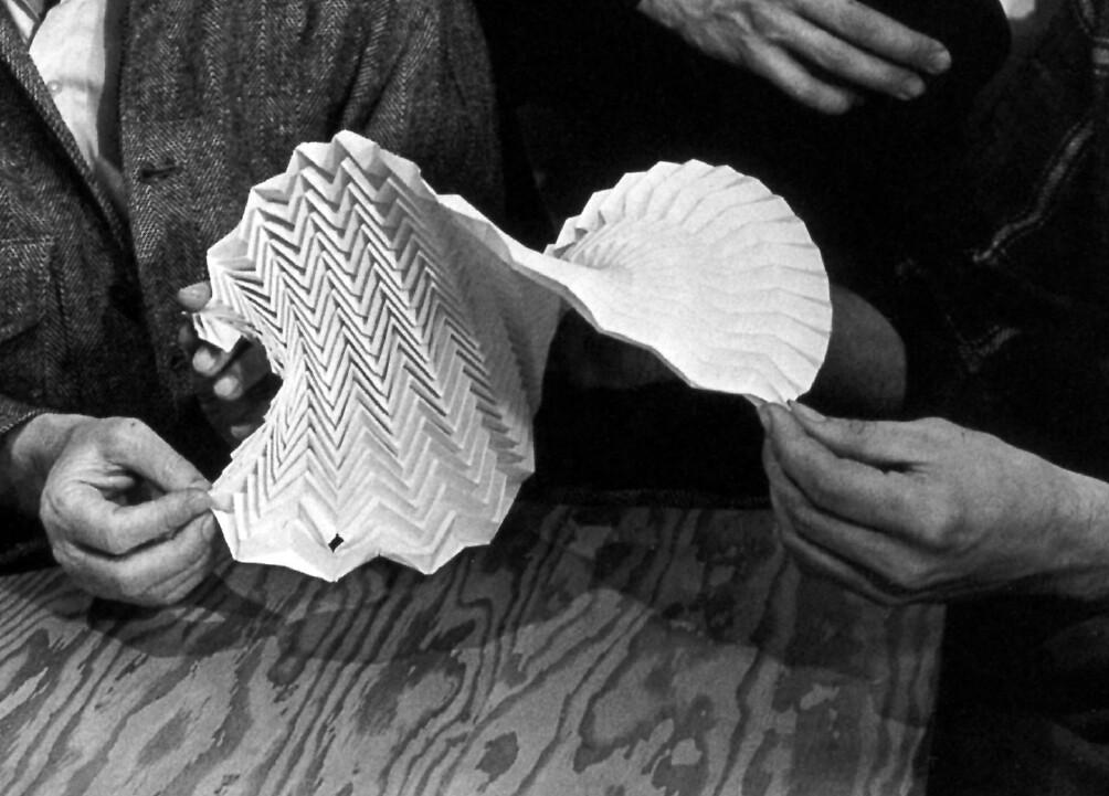 Josef Albers: Teaching Origami | Josef Albers arbeitet mit S… | Flickr