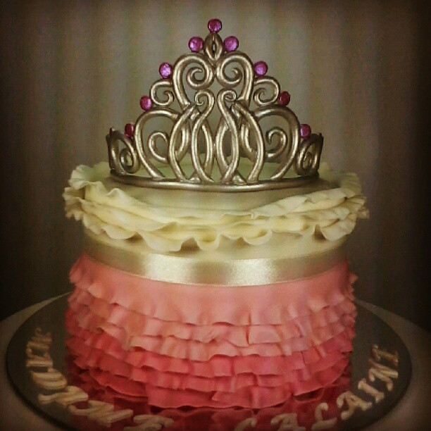 Beauty Queen Cake #Cake #crowncake #tiara #fondantcake #fo…