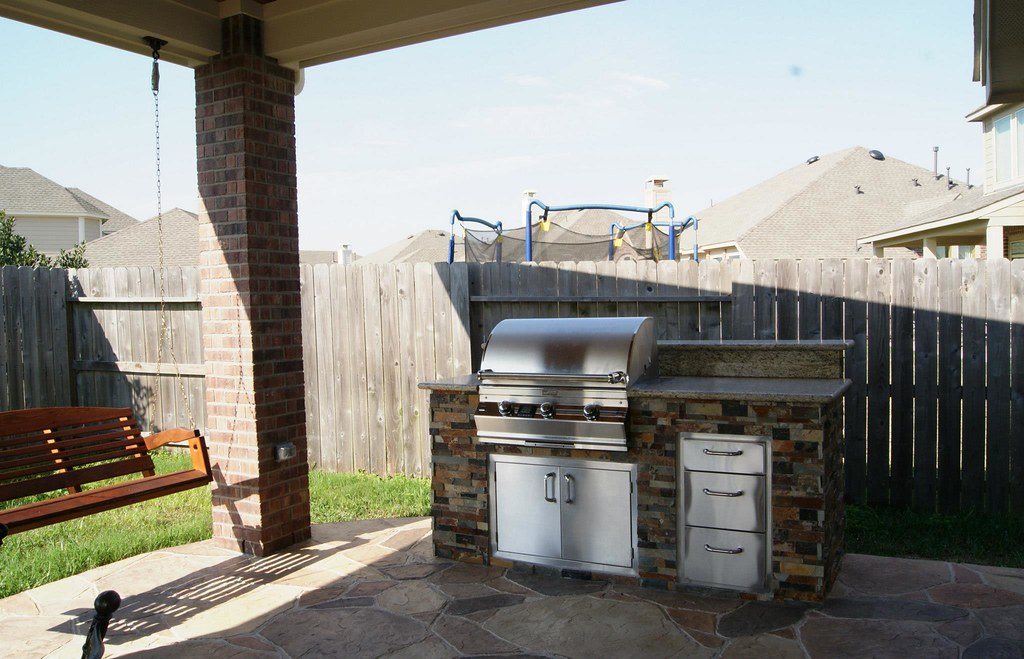 Simple outdoor kitchen in league city tx grill and for Kitchen cabinets 77573