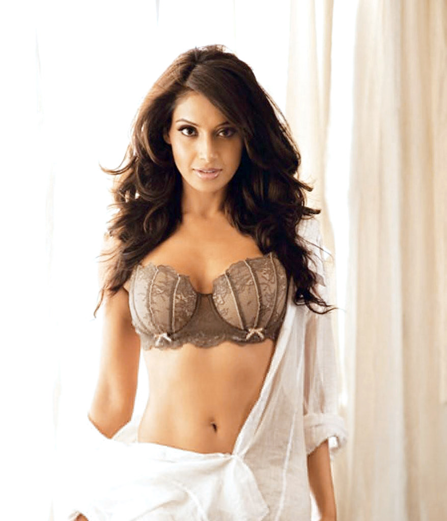 bipasha-basu-hot-navel-in-bikini-pics | data39 | flickr