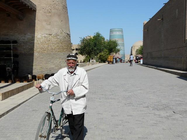 Hombre con bicicleta en Khiva (Uzbekistán)