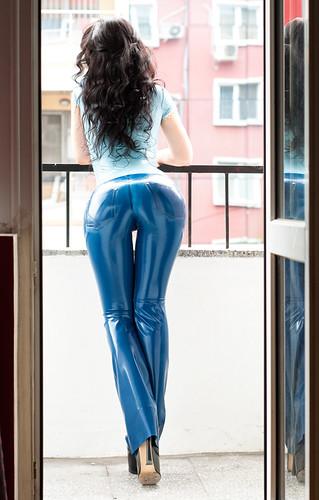 фото жоп в джинсах ласинах и кожаных штанах