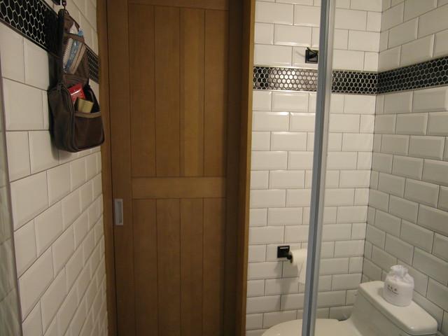 廁所裡沒有置物架,不過牆上有裝掛衣勾@雀客旅館CHECK INN
