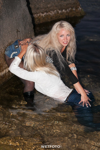 251 Wetlook With Two Fully Clothed Girl In Wet Tight Jean -2678