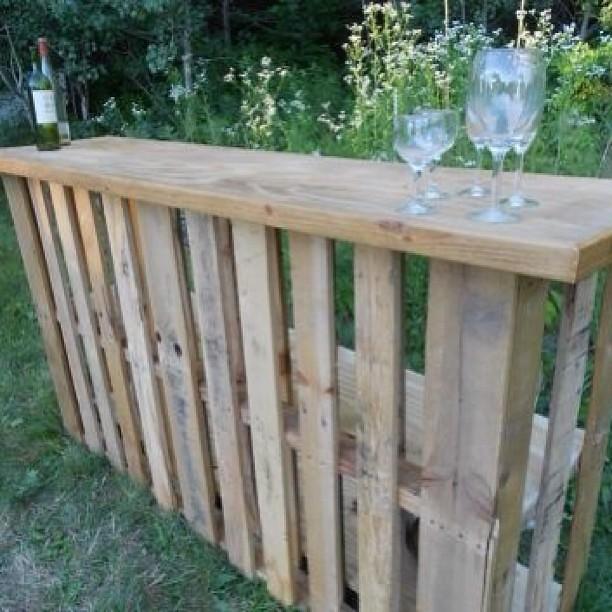 Una barra de bar para tu jard n de palet reciclados que pu - Que hacer con un palet ...