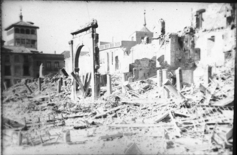 Arco de la Sangre en la Plaza de Zocodover de Toledo durante la guerra civil, asedio del Alcázar, verano de 1936. Fotografía de Santos Yubero © Archivo Regional de la Comunidad de Madrid, fondo fotográfico