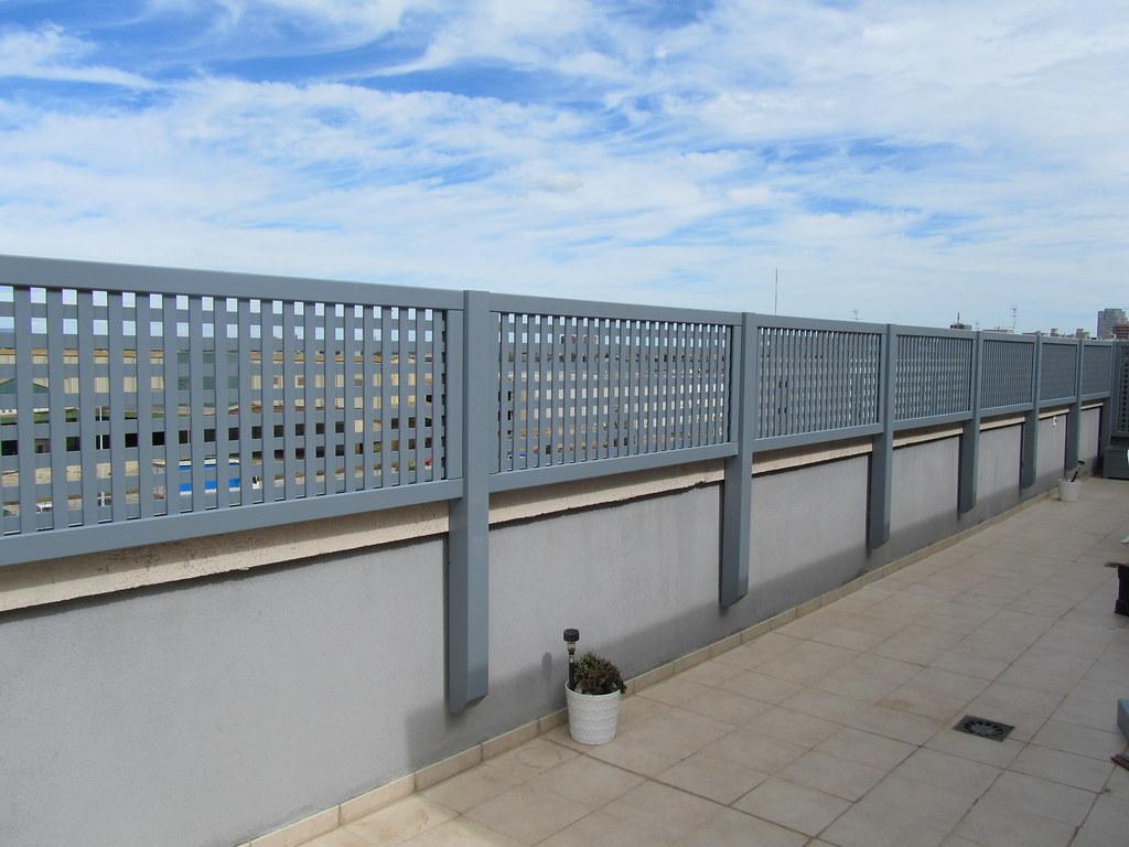 Celos a de madera color gris la instalaci n de celos as - Celosias terrazas aticos ...