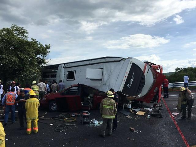 Carambola en carretera Zapotlanejo involucra 7 vehículos