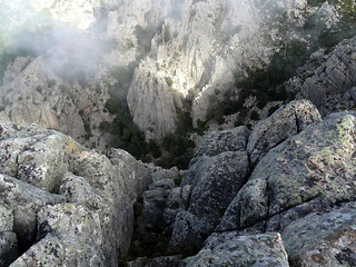 Du sommet 1205m : la paroi W et le ravin en dessous
