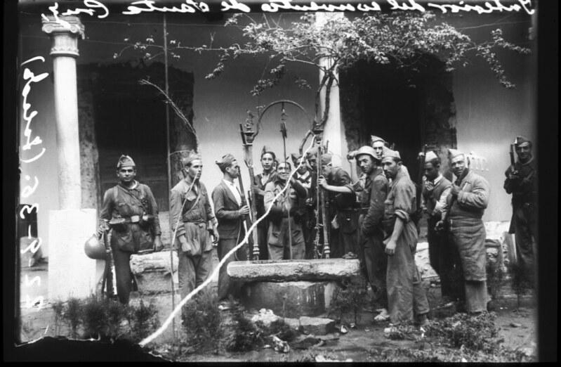 Milicianos en el patio del convento de Santa Fe de Toledo durante la guerra civil, asedio del Alcázar, 22 de septiembre de 1936. Fotografía de Santos Yubero © Archivo Regional de la Comunidad de Madrid, fondo fotográfico
