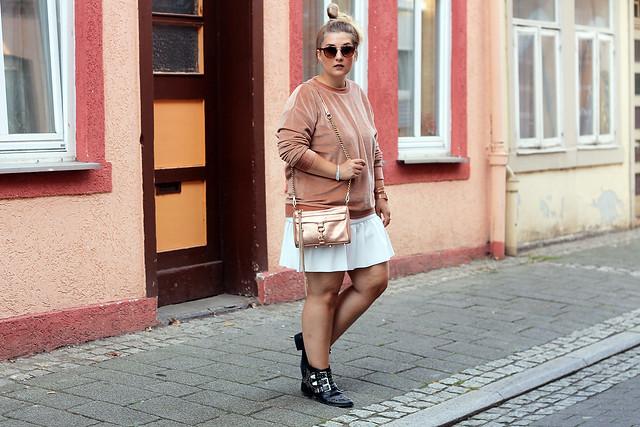 outfit-rosa-samt-pullover-trend-suede-sommer-look-style-rosegold-uhr-fashionblog-modeblog24