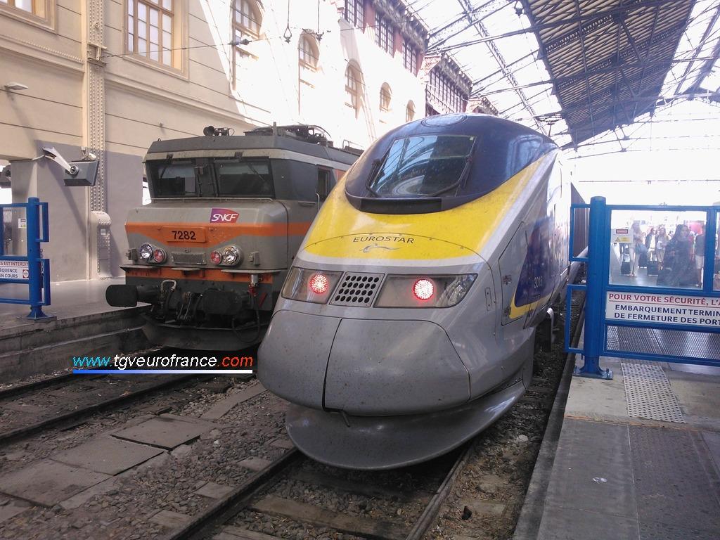 La rame Eurostar 3015 à côté de la BB 7282 en gare de Marseille Saint-Charles