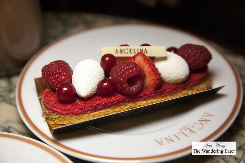 Été à Paris - Croustillant crumble, Joconde biscuit, raspberry compote, vanilla cream
