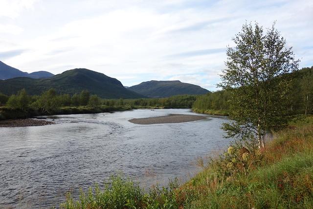 Just outside the cabin you find the river Darrhaädno. On the other side Vuoksák and Gárddevárre.