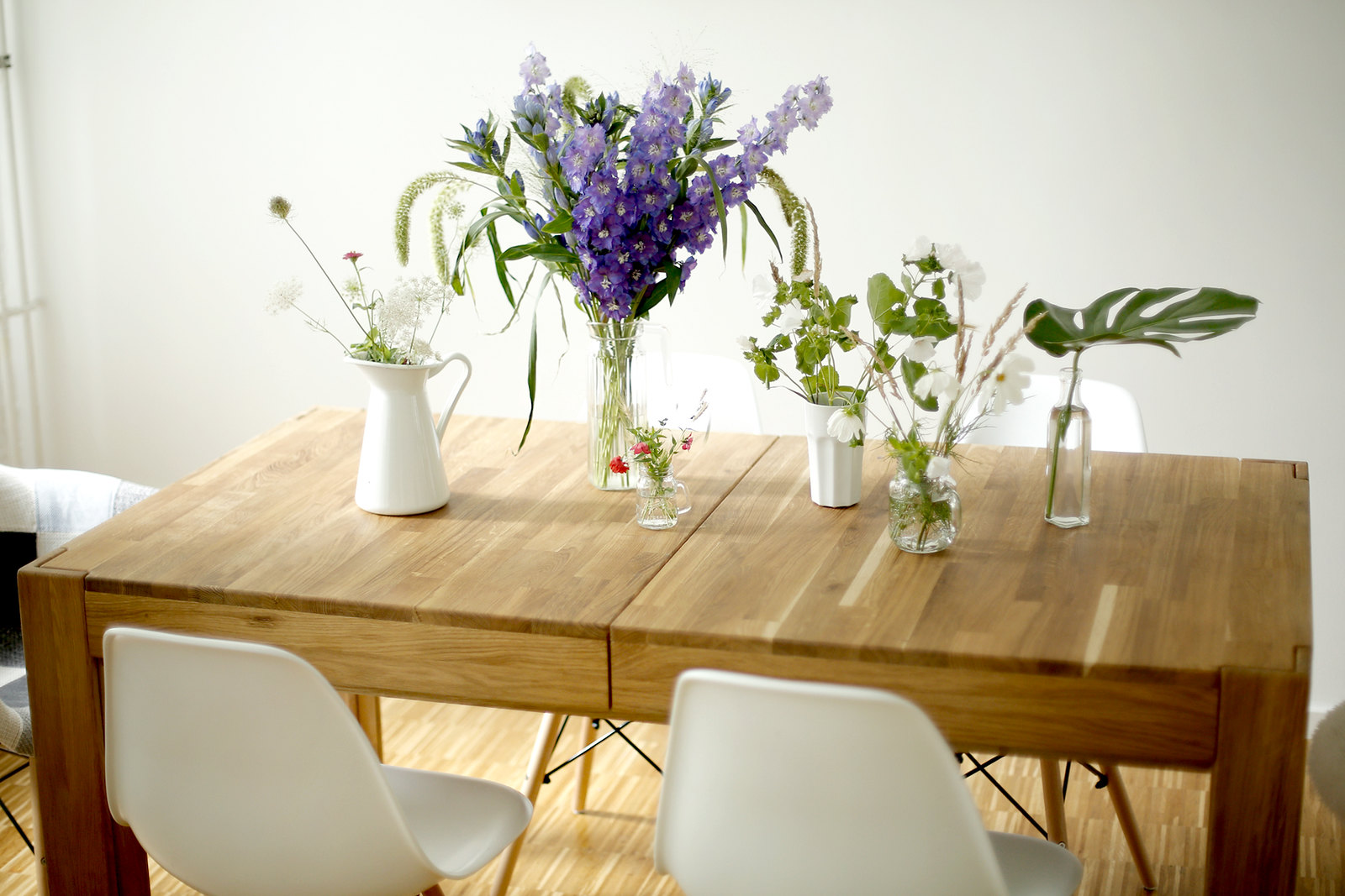 bloomy days flower decor home interior home24 homies24 massive wood table dinner home eames design vitra summer styling table decor lifestyleblog cats & dogs fashionblogger ricarda schernus modeblog loft life 7